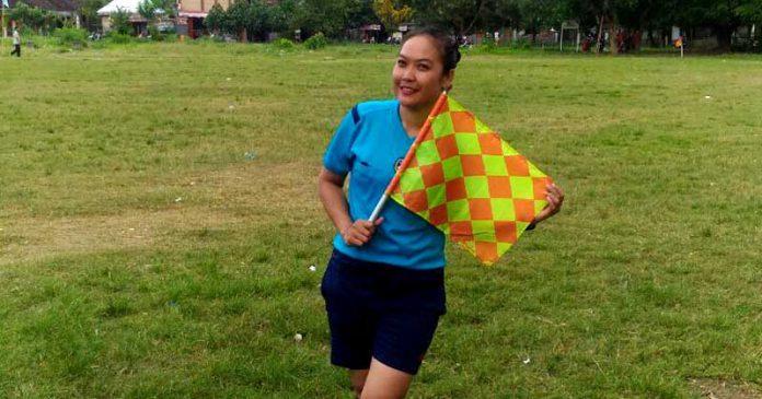 Rina Rawianou Satu-satunya Wasit Perempuan Sepak Bola asal NTB