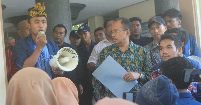 Mahasiswa Unram Tuntut Warek Yusron Dicopot