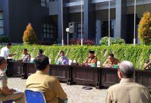 RAPAT : Bupati Lombok Timur HM Sukiman Azmy selaku ketua Gugus Corona memimpin rapat yang digelar di lapangan kantor Bupati Lombok Timur, Senin (30/3). (Janwari Irwan/Radar Lombok)