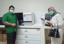 ALAT UJI : Kepala Dinkes Provinsi NTB, Nurhandini Eka Dewi, (kanan) saat menunjukkan Alat Reverse Transcriptase Polymerase Chain Reaction (RT-PCR) saat dilakukan uji coba di RSUD Provinsi NTB (ist/radarlombok.co.id)