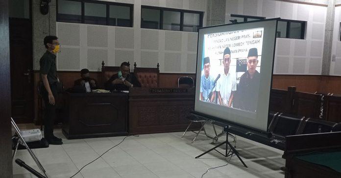 SIDANG: Ketiga terdakwa mengikuti persidangan secara online. Mereka hanya memantaui melalui video streaming dari Rumah Tahanan (Rutan) Praya, Selasa (21/4). (DERY HARJAN/RADAR LOMBOK)