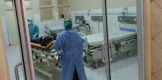 RUANG ISOLASI: Petugas Kesehatan di RSUD Tripat Lobar saat berada di ruang isolasi RSUD Tripat Lobar saat dilakukan simulasi penanganan pasien beberapa waktu lalu.( Dok/RADAR LOMBOK)