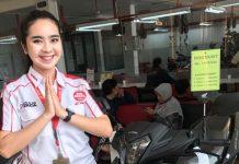 PROGRAM : Salah seorang Sales Counter Ayu Linda dari Krida Honda Jempong saat menunjukan produk Honda GTR 150 kepada konsumen. (IST/ RADAR LOMBOK )