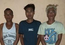 DIAMANKAN: Tiga orang terduga pelaku yakni Budi (Tengah) dan Sahir (Rambut pirang) serta Junaidi (Baju putih,red) saat diamankan oleh personil Polsek Batukliang, Senin malam (25/5) (IST))