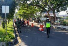DITUTUP : Jalan dr Soejono menuju Barat akan ditutup saat perayaan lebaran topat oleh petugas. Penutupan agar masyarakat tidak datang ke tempat wisata.(Ali/Radar Lombok)