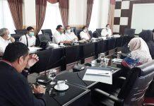 RAPAT EVALUASI: Komisi IV DPRD Kota Mataram melakukan rapat evaluasi bersama Dikes dan jajaran RSUD Kota Mataram, Kamis kemarin (11/6). (SUDIR/RADAR LOMBOK)