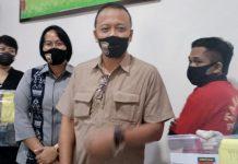 TPPO: Wadir Reskrimum Polda NTB, AKBP Awan Hariono menunjukkan tersangka bersama barang bukti. (Dery Harjan/Radar Lombok)