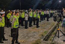 RAZIA : Polres Lombok Barat saat melakukan razia kedisiplinan dan jam malam di wilayah hukum Polres Lombok Barat. (IST/RADAR LOMBOK)