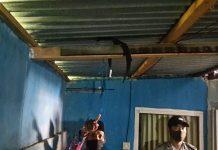 GANTUNG DIRI : Seorang saksi dari pihak keluarga menunjuk posisi tali yang dipakai MS, warga Kesik Kecamatan Masbagik, nekat mengakhiri hidupnya dengan cara gantung diri, Rabu (22/7). (IST FOR RADAR LOMBOK)