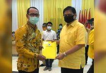 TERIMA SK: Bakal calon wali kota Mataram, H Mohan Roliskana saat menerima SK pencalonannya dari Ketum Partai Golkar, Airlangga Hartarto. (ISTIMEWA/RADAR LOMBOK)