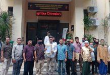 Warga bersama tim penasihat hukum yang diketuai Lalu Anton Hariawan saat melapor ke Polda NTB, Rabu (29/7). (Dery Harjan/Radar Lombok)
