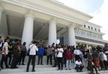 DEMO:Ratusan massa yang tergabung dalam aliansi rakyat bicara menolak penundaan Pilkades bersama Cakades di 16 Desa saat melakukan aksi demonstrasi di kantor Bupati Lombok Tengah, Jumat (14/8). (M.HAERUDDIN/ RADAR LOMBOK)