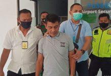 DITANGKAP: Kurir sabu asal Riau saat ditangkap di Bandara Internasional Lombok (BIL) karena membawa empat bungkus sabu seberat 200 gram yang disimpan dalam anusnya. (DERY HARJAN/RADAR LOMBOK)