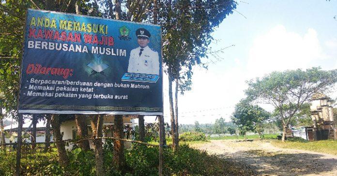 PERINGATAN : Plang peringatan di kawasan Wisata Gunung Jae di Desa Sedau Kecamatan Narmada. (Fahmy/Radar Lombok)